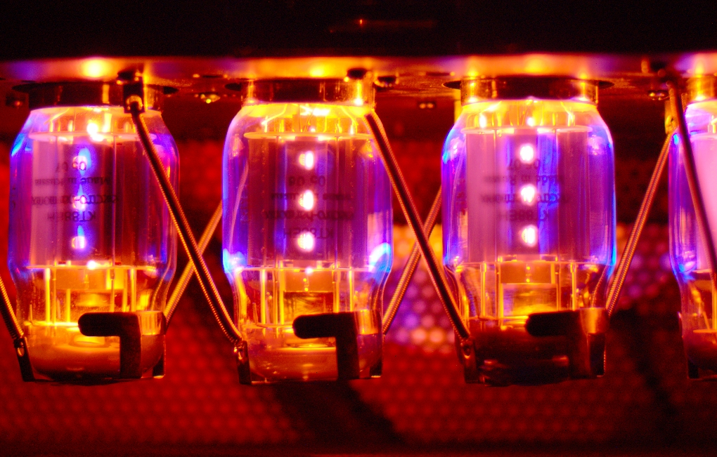 kt88_power_tubes_in_traynor_yba200_amplifier